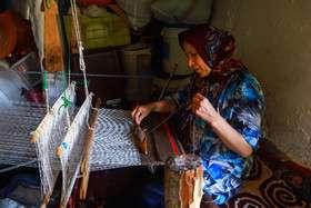 نقشبافی زنان در کنج زیارت