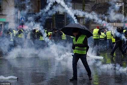 باران اشکآور در خیابان شانزهلیزه!