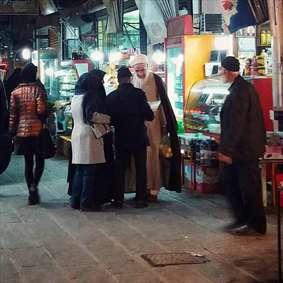امام جمعه ای که بدون تشریفات در میان مردم حضور می یابد
