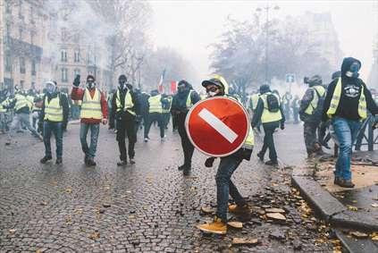 برخورد خشن فرانسه با معترضان
