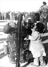 بوسه خداحافظی سرباز عراقی. (جنگ ایران و عراق 1980-88 )