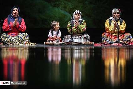 چند زن ایرانی با لباس محلی