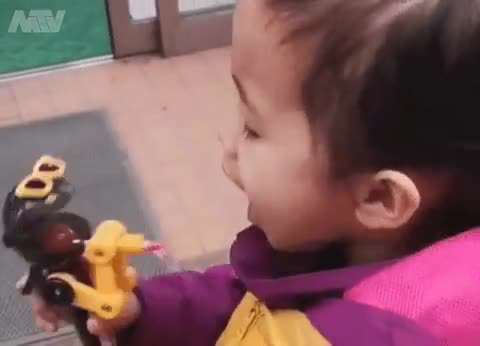 آبنبات خوری کودک