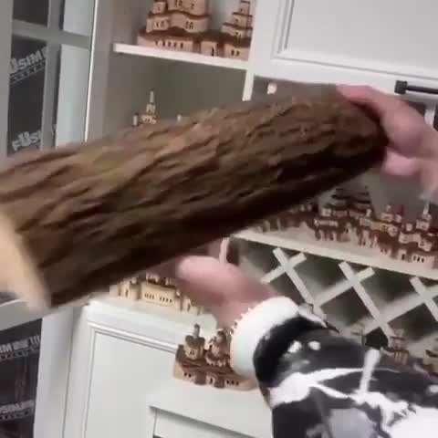 مجسمه چوبی عجیب