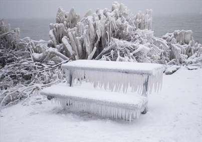برف و یخبندان در حاشیه دریاچه اونتاریو در تورنتو کانادا