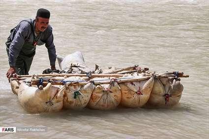 عبور از رودخانه با پوست گوسفند