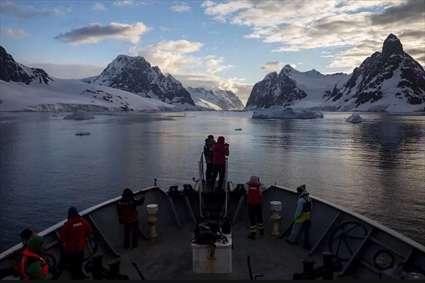عبور کشتی گروهی از محققان ترکیهای از کانالی در قطب جنوب