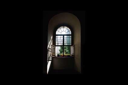 آنسوی پنجره باغی است...