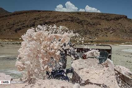 برداشت نمک از«دریاچه مَهارْلو»