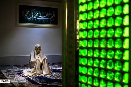 نماز در کنار ضریح