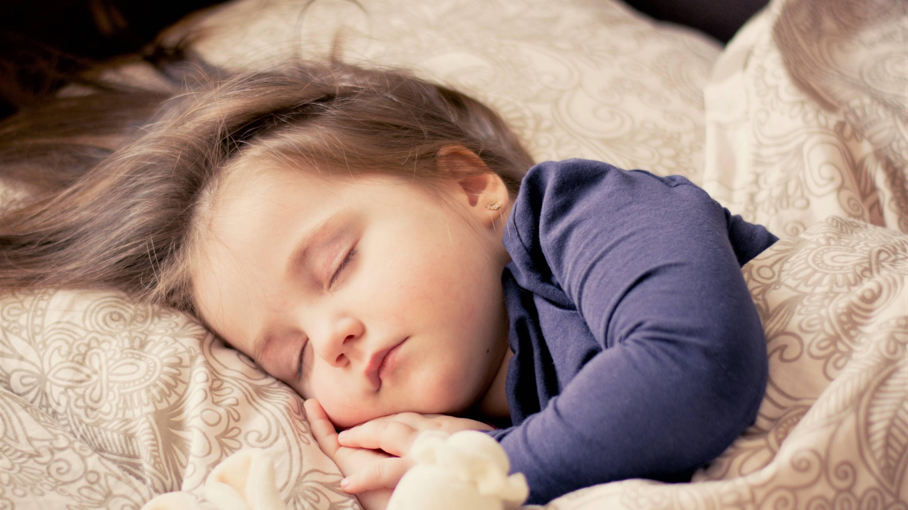 تنهایی خوابیدن،کودک،والدین،مشکلات عاطفی،وابستگی،روابط زوجین،اعتماد به نفس،اضطراب جدایی،تحقیر،تشویق کردن،عوامل تهدید کننده،اتاق کودک،باز کردن،اختلال خواب، تنبیه