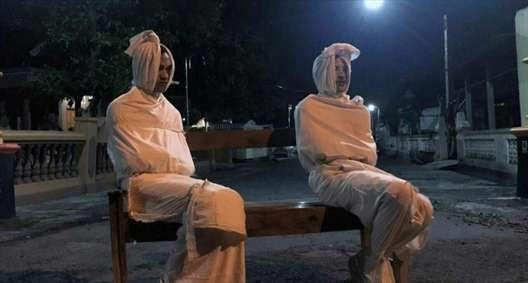 کرونا در اندونزی/ ترساندن مردم با دو کفنپوش