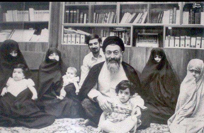 شهید بهشتی در کنار خانواده